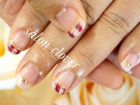 白×ピンクベージュに、ボルドーのカラー3色を使った大人柄フレンチネイル